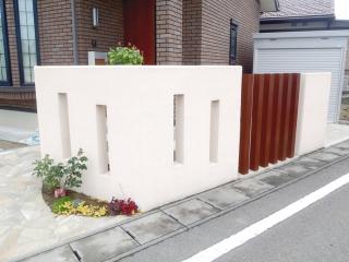 塀に適度に空間を設けることで、セミオープン外構に。